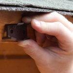 Ein Distanzkeile gegen die Dachabschlussleiste.